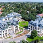 Szukasz stylowego apartamentu pod Warszawą? Wille Tercja w klasycystycznym stylu może być rozwiązaniem dla Ciebie.
